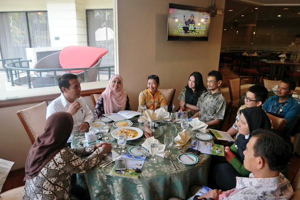 diskusi santai para blogger bersama Pak Amran (src: @harrismaul)