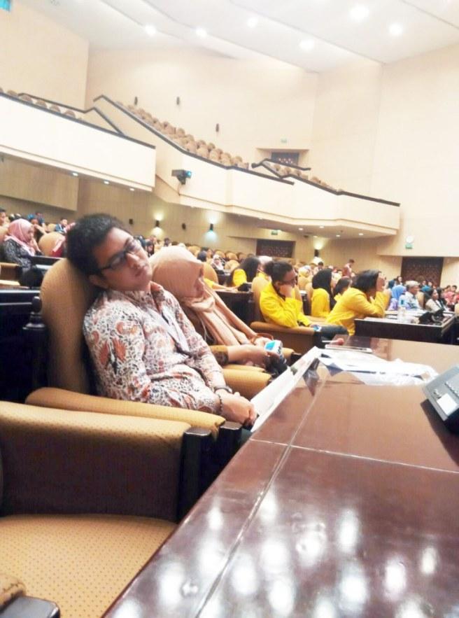 Gue pun tak kuasa menahan rasa nyaman kursi empuk dan dinginnya AC di ruang sidang tersebut..