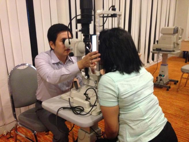 Ini Dokter Andri yang memeriksa kesehatan mata kami.. Ganteng loh!